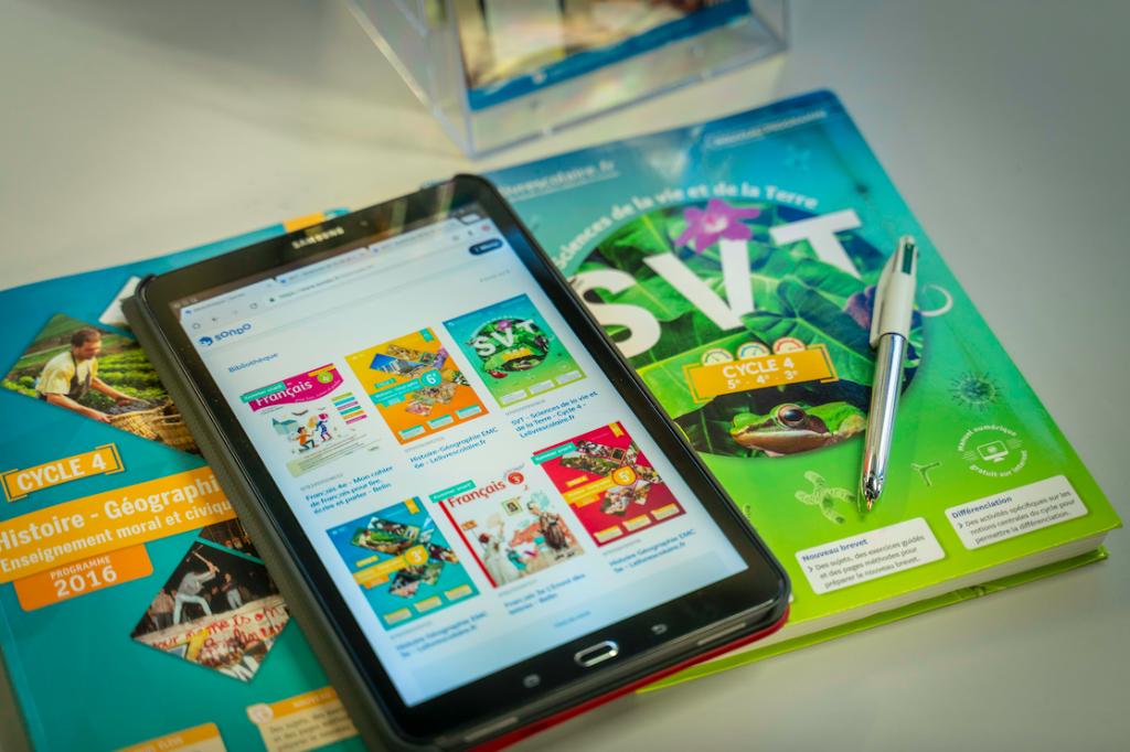 Tablette et manuels scolaire de la bibliothèque inclusive SONDO pour les élèves dys