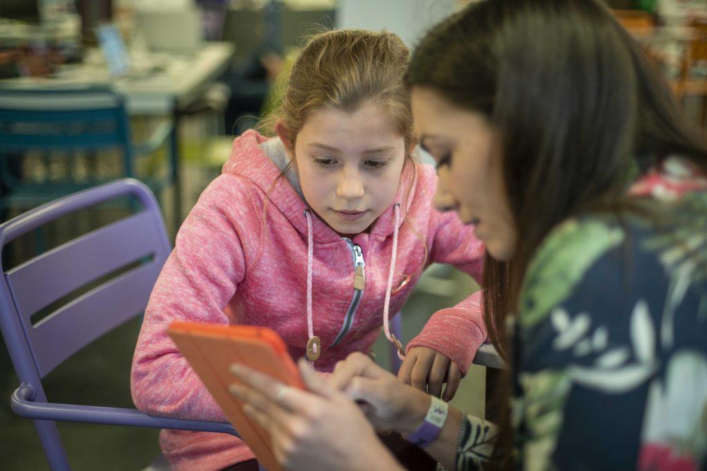 Collégienne utilisant la bibliothèque numérique accessible SONDO à StartUp For Kids
